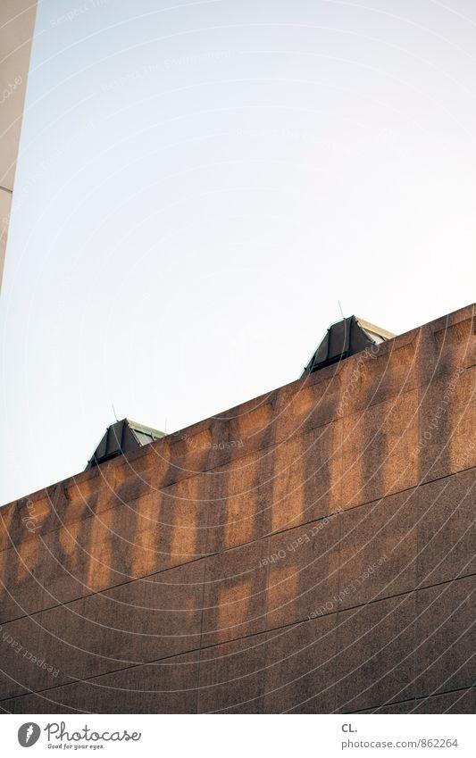 besser mit als ohne Himmel Wolkenloser Himmel Stadt Haus Hochhaus Gebäude Architektur Mauer Wand Fassade Fenster eckig Farbfoto Außenaufnahme Menschenleer
