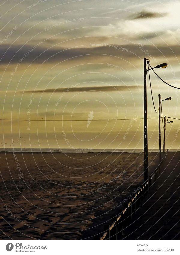 zum meer ..2 schlechtes Wetter grün gelb Meer Holz klein Steg Fußgänger Sonnenuntergang Licht Haus gestreift rot Streifen Kabel Erholung ruhig Einsamkeit Trauer
