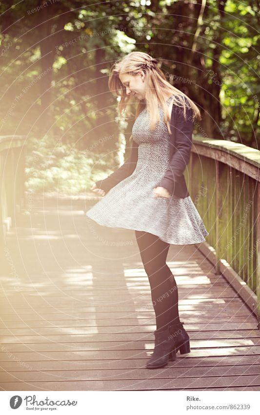 Ein perfekter Moment. Mensch Natur Jugendliche schön Junge Frau Freude 18-30 Jahre Erwachsene Bewegung feminin Glück Freiheit Mode Park Freizeit & Hobby