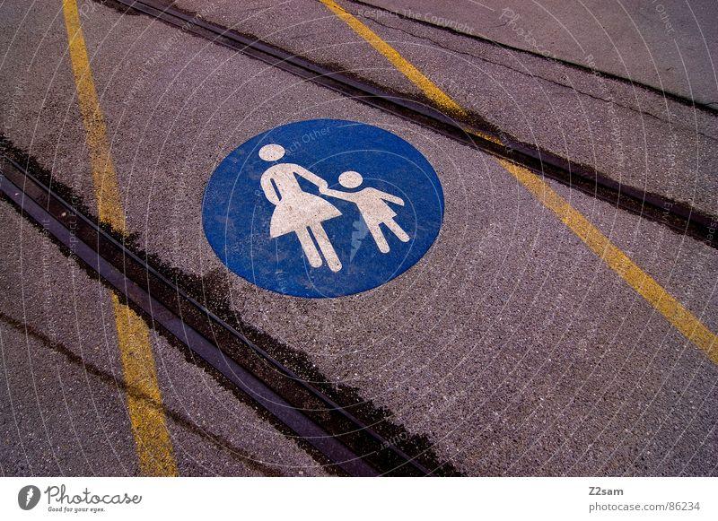 fussgängerschienen gelb Straße Stil Wege & Pfade Linie gehen Schilder & Markierungen Eisenbahn fahren Mutter einfach Gleise Fußgänger graphisch Straßenbahn Teer