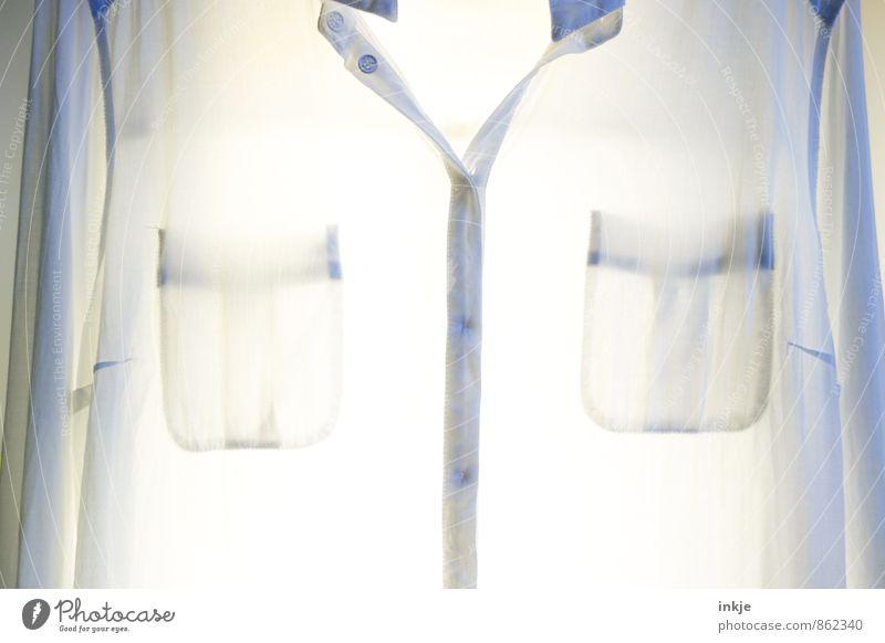 nicht sauber, sondern rein! Mode Bekleidung Hemd Stoff weiße bluse Bluse hängen hell nah Sauberkeit Reinlichkeit Reinheit Farbfoto Innenaufnahme Nahaufnahme