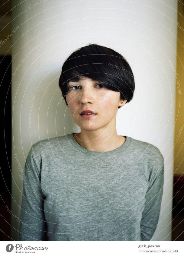 Mensch Jugendliche schön Junge Frau Erotik 18-30 Jahre schwarz Gesicht Erwachsene Wand natürlich Mauer grau Haare & Frisuren Mode frisch