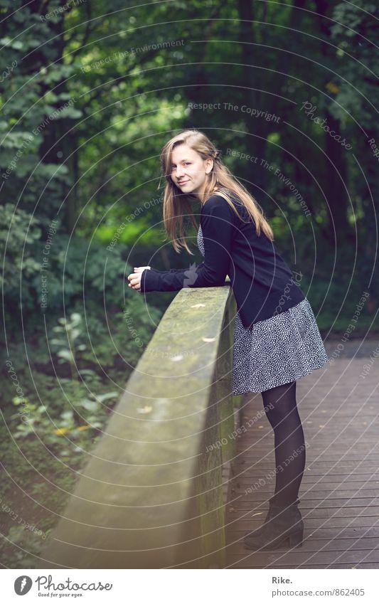 Im Park. Mensch Natur Jugendliche schön Sommer Baum Erholung Junge Frau ruhig 18-30 Jahre Erwachsene feminin Frühling natürlich Lifestyle