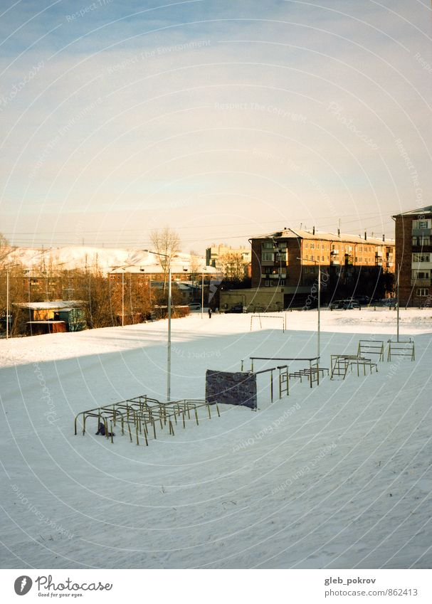 Spielplatz Lifestyle Spielen Wintersport Sportstätten Stadion Kind Kindheit 1 Mensch 3-8 Jahre Klima Eis Frost Schnee Russland Kleinstadt Altstadt Architektur