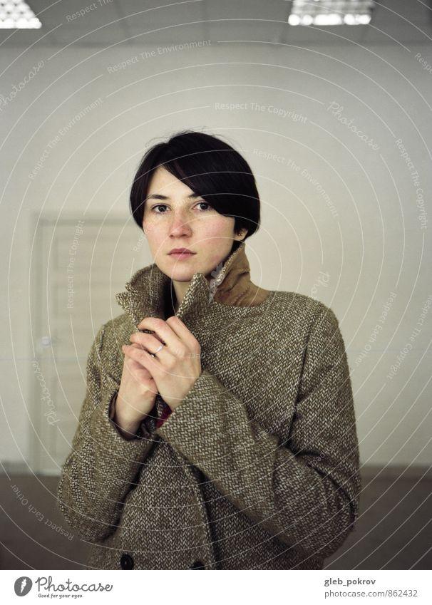 Doc #room elegant Stil schön Junge Frau Jugendliche Leben Haare & Frisuren Gesicht 1 Mensch 18-30 Jahre Erwachsene Bekleidung Mantel schwarzhaarig kurzhaarig