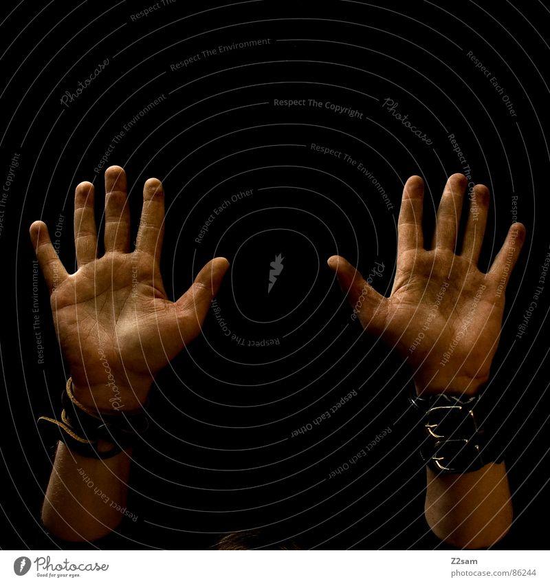 hands up in the air Handfläche 10 Finger Stil dreckig Mensch schwarz nebeneinander Mann man ergeben konstrast hoch aufwärts Verkehrswege Arme dirty Gliedmaßen