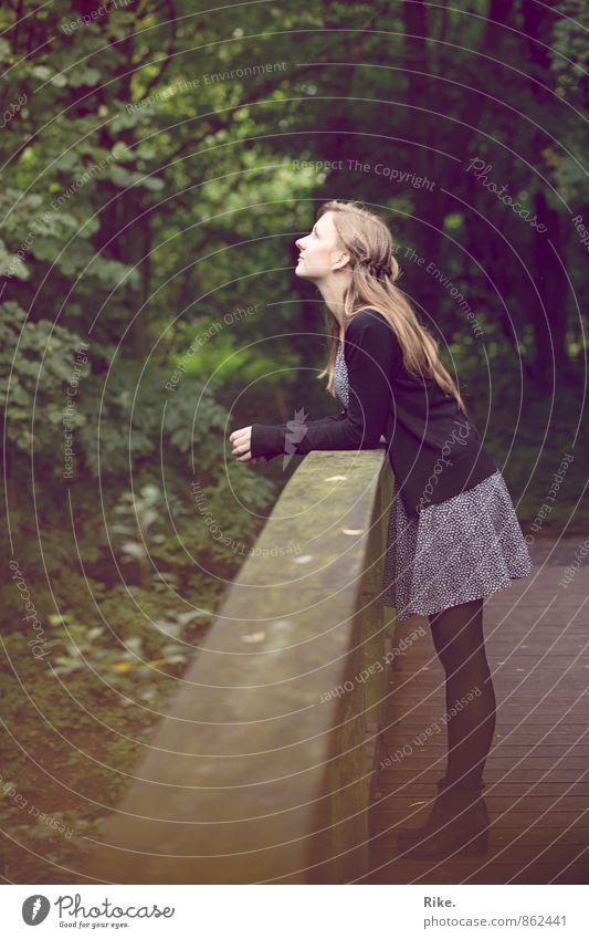 Verliebtsein. Mensch feminin Junge Frau Jugendliche Erwachsene Körper 1 18-30 Jahre Natur Park Kleid blond langhaarig Erholung stehen träumen warten schön