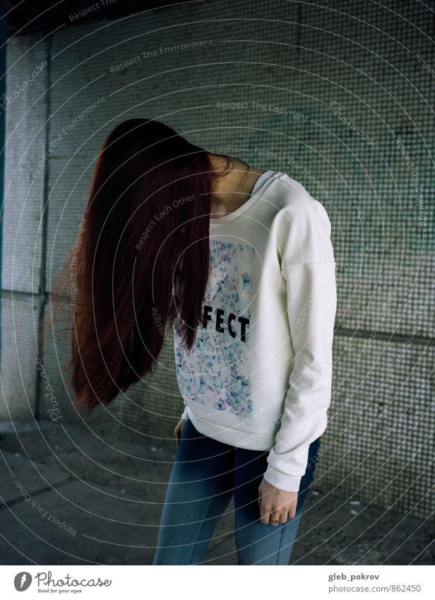 Mensch Jugendliche Stadt schön Junge Frau 18-30 Jahre Erwachsene Wand Leben feminin Stil Mauer grau Lifestyle Haare & Frisuren Mode
