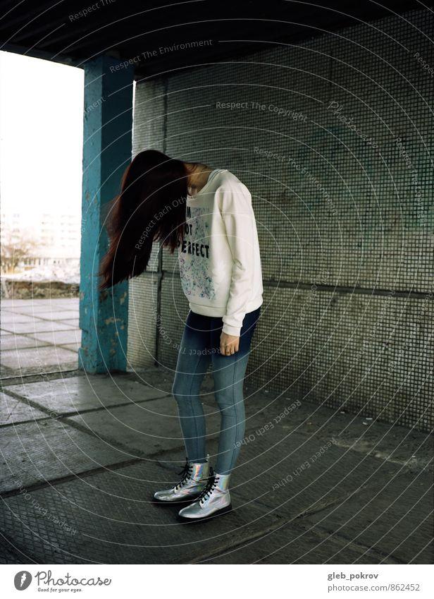 Doc #hairs Junge Frau Jugendliche Haare & Frisuren Beine 1 Mensch 18-30 Jahre Erwachsene Bekleidung Jeanshose Pullover Strumpfhose Stiefel Gummistiefel