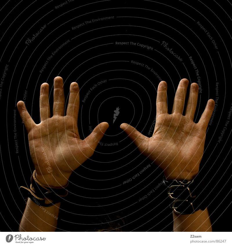 hands up in the air II Handfläche 10 Finger Stil dreckig Mensch schwarz nebeneinander Mann man ergeben konstrast hoch aufwärts Verkehrswege Arme dirty
