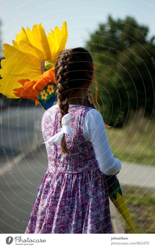 Einschulung   Blick nach vorn Mensch Kind schön weiß Mädchen gelb feminin Glück Schule träumen leuchten Kindheit Beginn Hoffnung Neugier Kleid