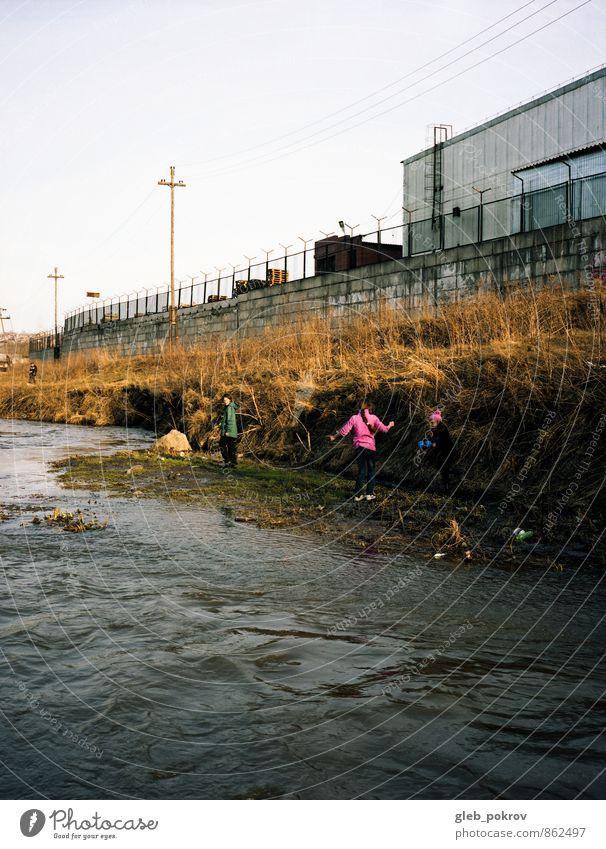 Mensch Kind Stadt Wasser Sommer Landschaft Mädchen Wand Bewegung Junge Mauer Spielen Freizeit & Hobby Lifestyle Kindheit Abenteuer