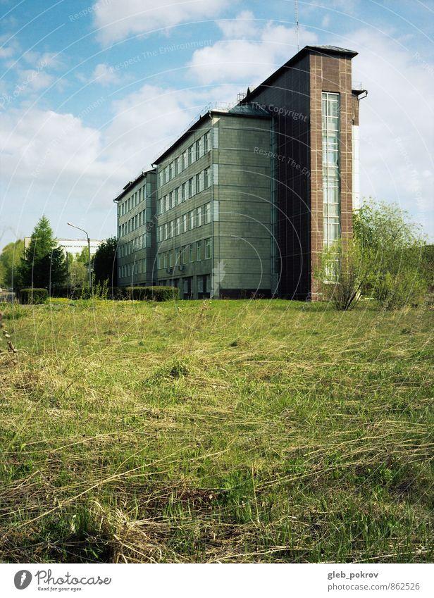 Doc #modern Pflanze Wolkenloser Himmel Sommer Baum Gras Krasnojarsk Russland Kleinstadt Industrieanlage Fabrik Gebäude Architektur Wissenschaften alt