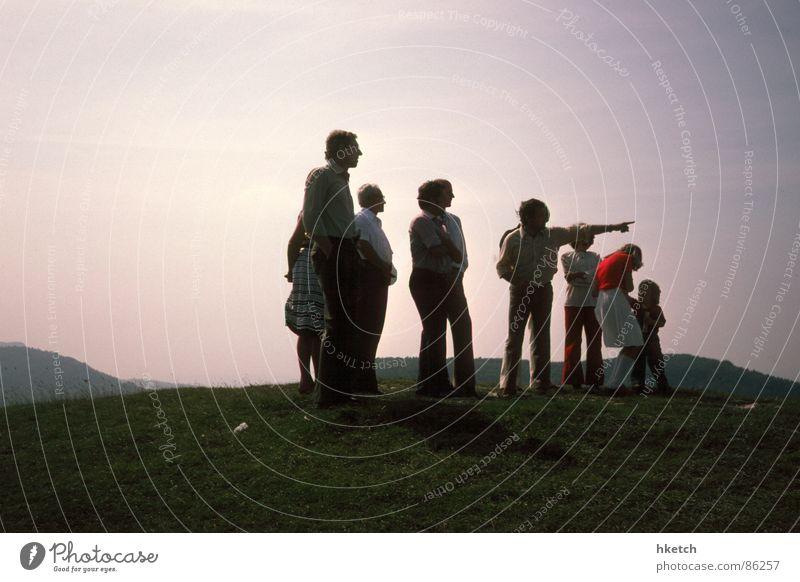 Blick in die Zukunft Menschengruppe Familie & Verwandtschaft Perspektive Zukunft Show Vergänglichkeit Aussicht historisch Vergangenheit Nostalgie Sorge Erwartung Vorfreude Gefühle Intuition unsicher