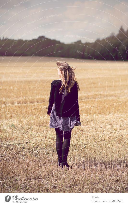 Erwartend. Mensch feminin Junge Frau Jugendliche Körper 1 18-30 Jahre Erwachsene Natur Landschaft Sonne Sommer Schönes Wetter Wind Feld Kleid blond langhaarig