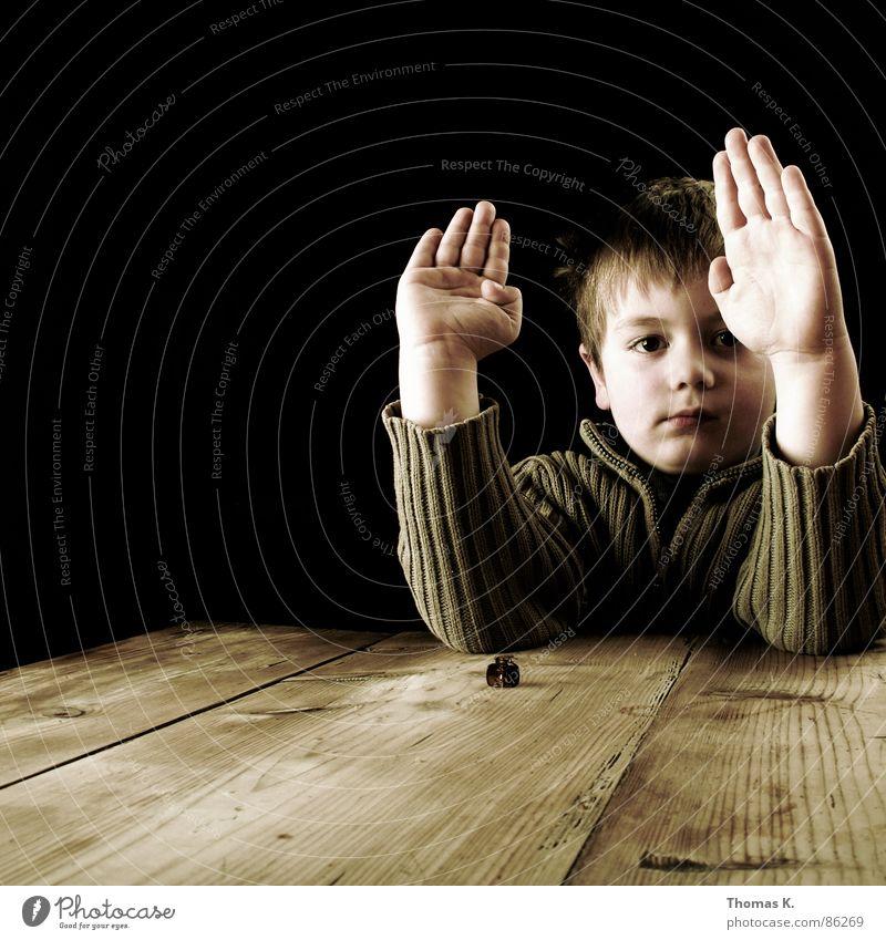 Handzeichen. Licht dunkel schwarz sehr wenige Junior Denken Junge Lichteinfall hell Tisch gestikulieren signalisieren Holz Handfläche stoppen Streifen