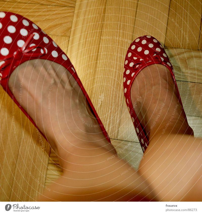 kiss my shoes 2 reinschlüpfen Schuhe Parkett Punkt rot Zehen Spielen Frau feminin Innenaufnahme Sommer Bekleidung Fuß Bodenbelag weiblicher mensch Ballerina