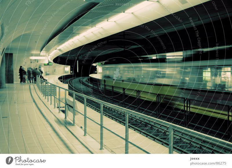 Durchzug Mensch Menschengruppe Traurigkeit Beleuchtung warten Eisenbahn Geschwindigkeit fahren stehen stoppen Gleise Station U-Bahn Bahnhof Geländer Decke