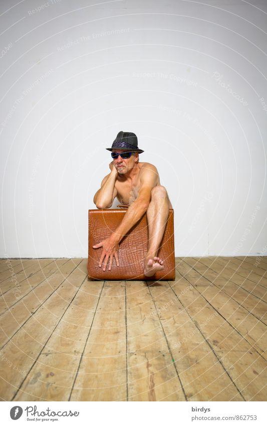 Nackter Mann mit Sonnenbrille, Hut und einem alten Koffer in lustiger Pose Umzug (Wohnungswechsel) Raum Holzfußboden maskulin Erwachsene 1 Mensch 30-45 Jahre