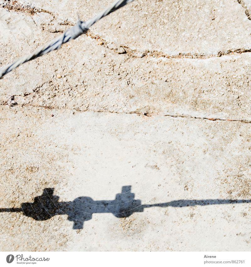 auseinander streben weiß Straße grau Stein Linie hell braun Metall Kraft Beton Zeichen Riss durcheinander Trennung Verschiedenheit Draht