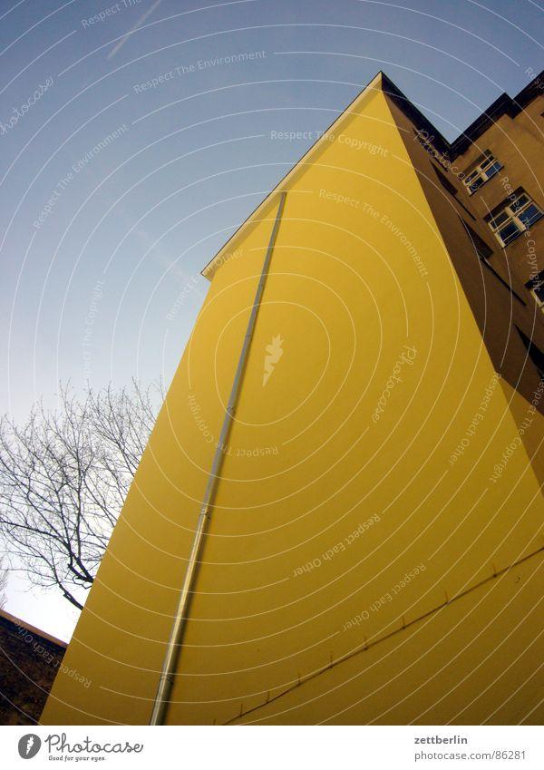 Haushaltsfehlbetrag {m} = budget deficit Fassade Hinterhof Stadthaus Regenrinne Froschperspektive aufwärts Modernisierung Himmel Regenrohr himmelwärts