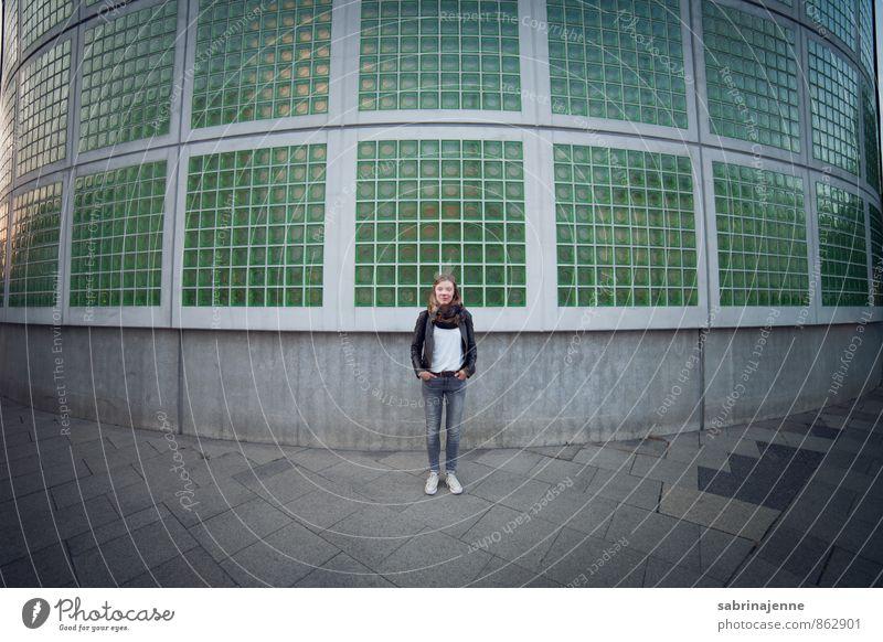 spaziergang Stil feminin Junge Frau Jugendliche Erwachsene 1 Mensch 18-30 Jahre Stadt Industrieanlage Jeanshose blond trendy dünn sportlich blau grau grün