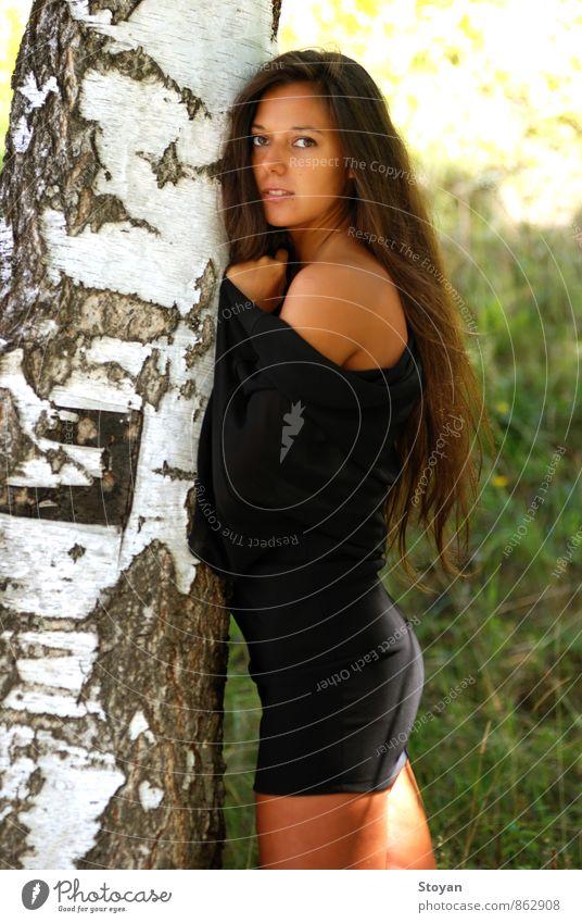 Bulgarische Frau und die Birke (Betula alba) Junge Frau Jugendliche Erwachsene Körper Haut Kopf Haare & Frisuren Gesicht Auge Ohr Arme 1 Mensch 18-30 Jahre