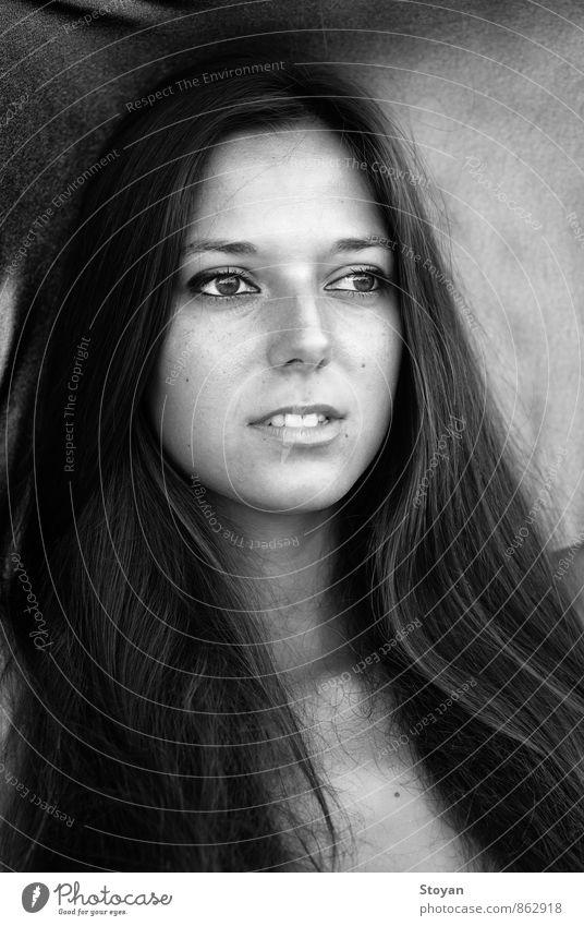 Schwarz-Weiß-Porträt der bulgarischen Frau (Mode) Mensch Erwachsene Freundschaft Haut Kopf Haare & Frisuren Gesicht Auge Nase Mund Lippen Zähne 1 18-30 Jahre