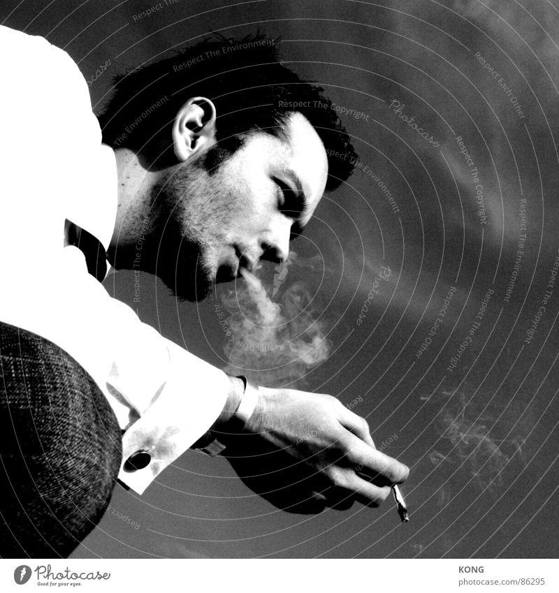 blow Zigarette Porträt Coolness lässig Rauch Rauchen blasen Ruhe bewahren beweglich kalt Gelassenheit Schwarzweißfoto Mann selbstgedreht Kontrast cigarette