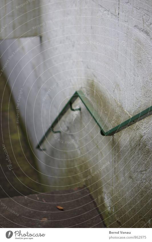 hochkommen Moos Stadt Treppe Stein Beton Stahl dreckig dunkel kalt unten grau grün Angst Leistung feucht Geländer Treppengeländer Stadtleben Garage Tiefgarage