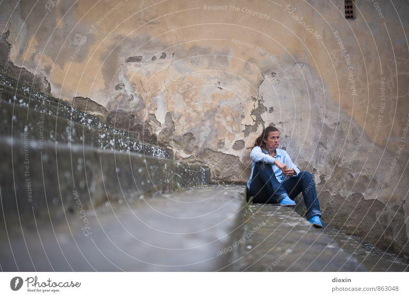 Lost in Loro C. Mensch Frau Jugendliche Stadt Junge Frau Erholung Einsamkeit ruhig Erwachsene Wand feminin Mauer Fassade Treppe sitzen warten