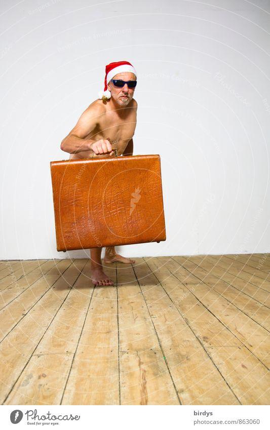 Nackter Mann mit Sonnenbrille, Nikolausmütze und einem alten Koffer in lustiger Pose Erwachsene 1 Mensch 30-45 Jahre 45-60 Jahre Holzfußboden machen stehen
