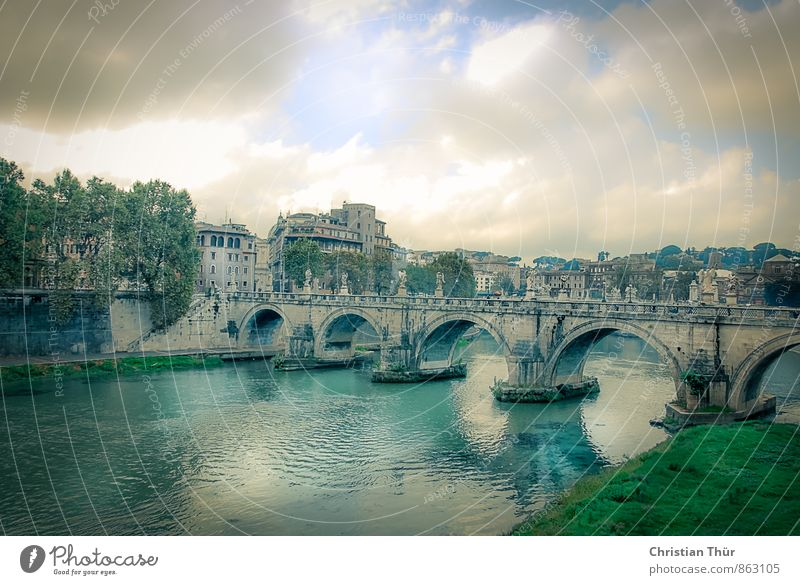 Blick auf den Tiber in Rom Stadt Wasser Sommer Haus Umwelt Gras Architektur Stil Wetter elegant Wind Hochhaus Europa Fluss Bauwerk Flussufer