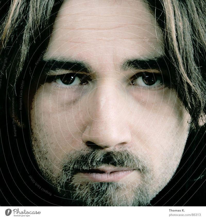 Vis a Vis Porträt Schulter lang Haare & Frisuren Bart Haarschnitt Gesicht Softbox Stirn Ruhe bewahren Hautfarbe Denken Mann ein Foto machen Kopf Nase Blick