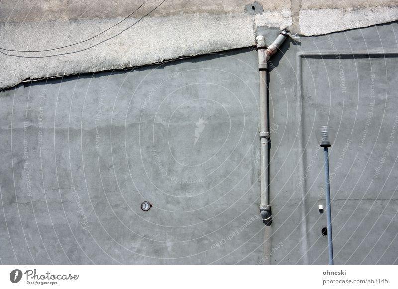 Laterne vor Wand Haus Gebäude Architektur Mauer Fassade Regenrohr Straßenbeleuchtung Linie alt Stadt grau Farbfoto Gedeckte Farben Außenaufnahme abstrakt