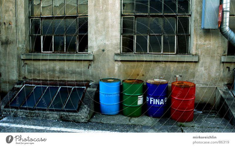 Giftmüll Fass fatal Müll Müllbehälter grün hell-blau rot Fenster gefährlich Fabrik Produkt 4 Schrott Smog Müllentsorgung entsorgen Gewerbe Giftgas Industrie
