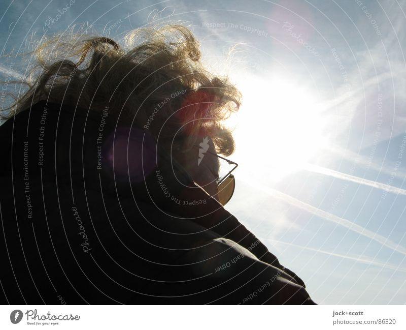 EK Frau Himmel Erwachsene Kopf Wind Glas genießen beobachten Streifen Schönes Wetter Freundlichkeit Gelassenheit Vertrauen Jacke Locken Sonnenbrille