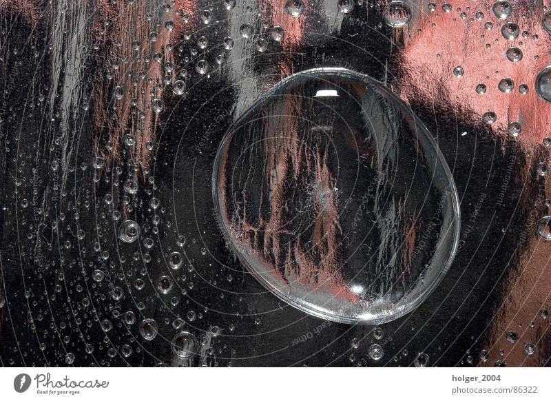 Spiel mit Wasser glänzend Wassertropfen Farbenspiel Höhepunkt Metallfolie