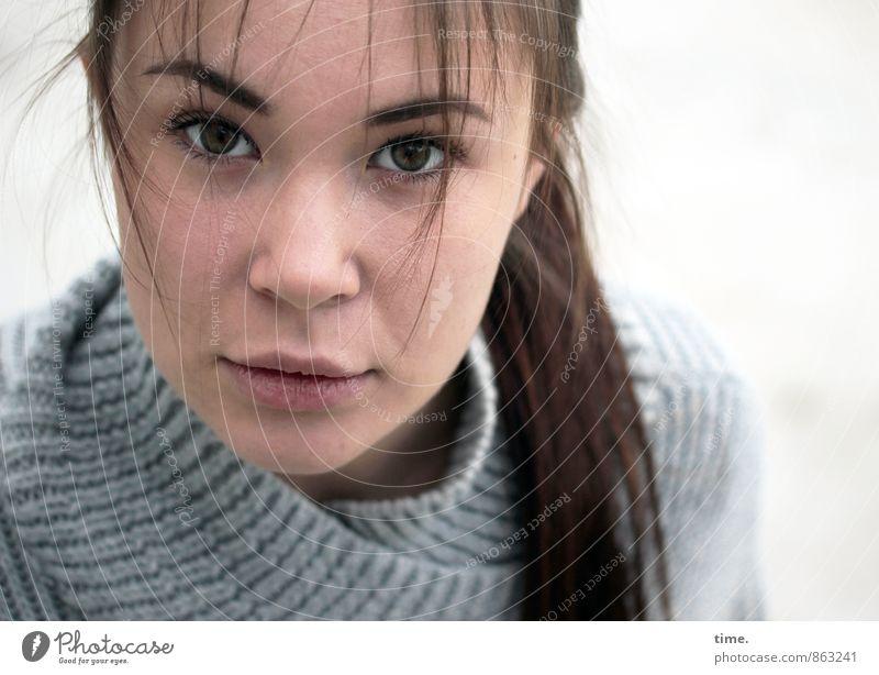 . feminin Junge Frau Jugendliche 1 Mensch 18-30 Jahre Erwachsene Pullover brünett langhaarig Zopf selbstbewußt Vertrauen schön Wachsamkeit Ehrlichkeit Leben