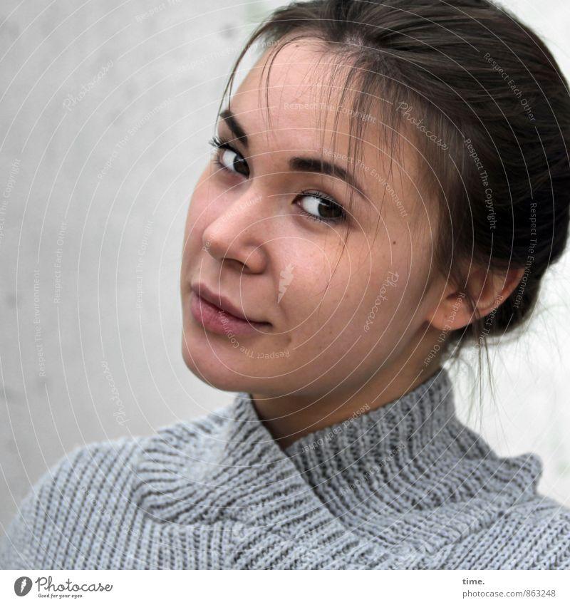 . Mensch Jugendliche schön Junge Frau ruhig 18-30 Jahre Erwachsene feminin Lächeln beobachten Gelassenheit Wachsamkeit brünett langhaarig Inspiration Pullover