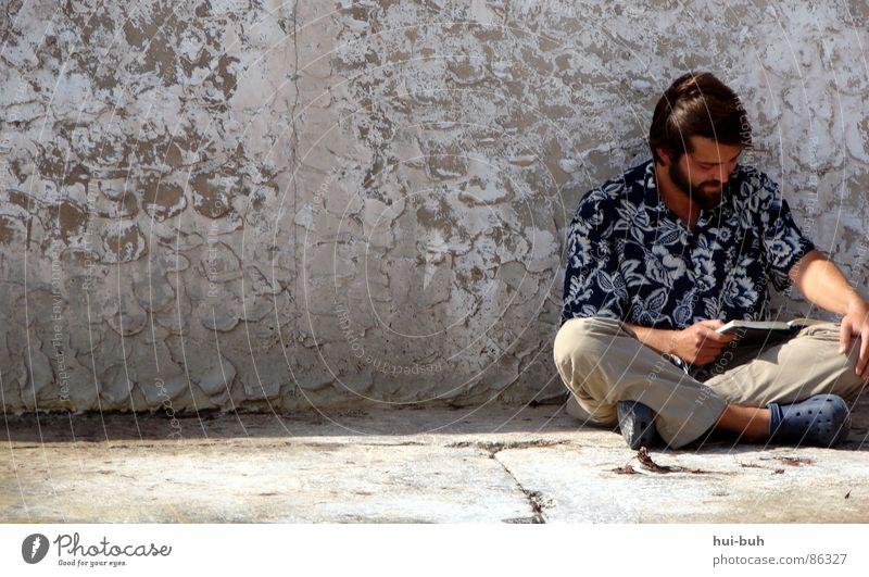 Der Mann vom Meer Mensch alt Freude ruhig Einsamkeit Erholung Arbeit & Erwerbstätigkeit Mauer Wärme Zufriedenheit Buch Wind sitzen lesen trist