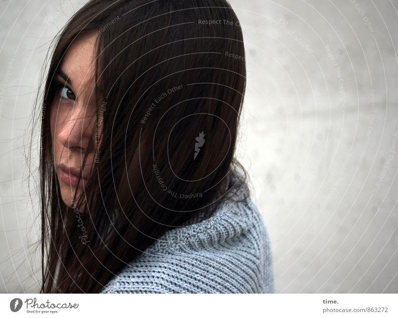 Yuliya feminin 1 Mensch 18-30 Jahre Jugendliche Erwachsene Pullover brünett langhaarig beobachten ästhetisch dunkel schön weich Gefühle Stimmung Wachsamkeit