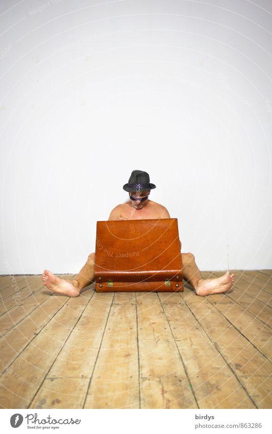 Die Qual der Wahl Mensch Ferien & Urlaub & Reisen Jugendliche Mann nackt Junger Mann Erwachsene lustig Wohnung sitzen ästhetisch 45-60 Jahre Kreativität Armut Hoffnung Umzug (Wohnungswechsel)