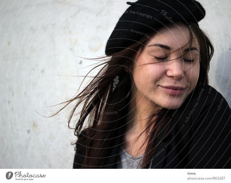 . feminin 1 Mensch 18-30 Jahre Jugendliche Erwachsene T-Shirt Jacke Mütze Baskenmütze brünett langhaarig genießen träumen schön Gefühle Freude Glück