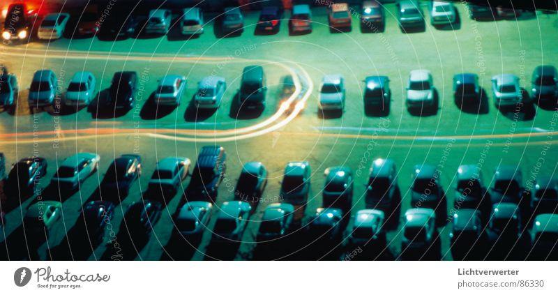 parkplatzwechsel Nacht Langzeitbelichtung Parkplatz Licht fahren Bewegung Rücklicht Verkehrswege PKW