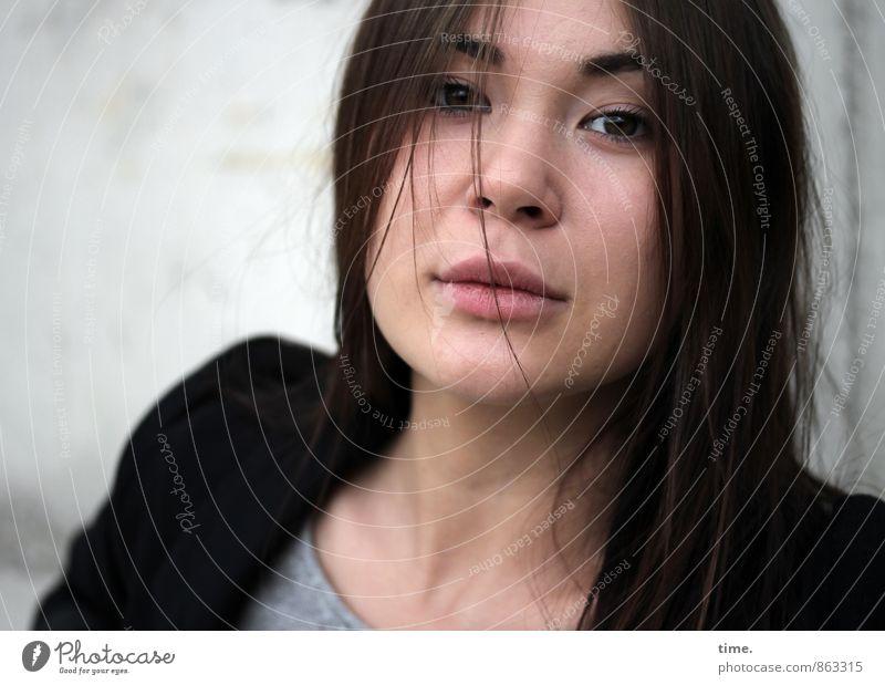 . feminin Junge Frau Jugendliche 1 Mensch Mauer Wand T-Shirt Jacke brünett langhaarig beobachten Blick träumen warten schön Zufriedenheit selbstbewußt Akzeptanz