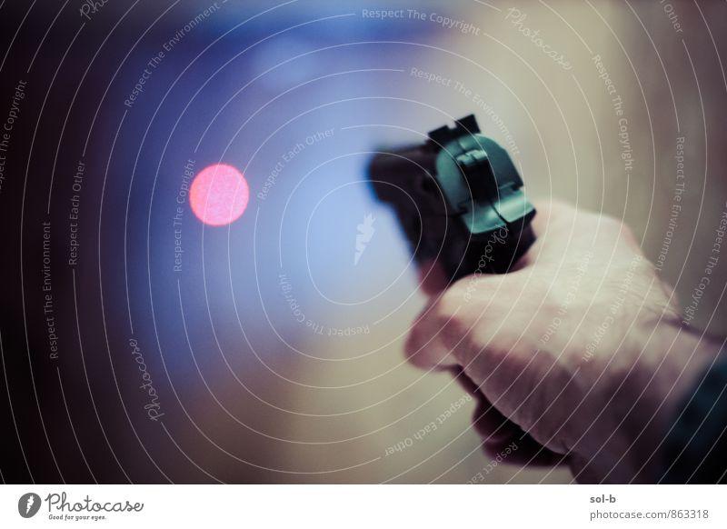 Hand dunkel maskulin Angst leuchten gefährlich verrückt bedrohlich planen Wut Gewalt Aggression Vorsicht Zielscheibe Lichtpunkt Präzision