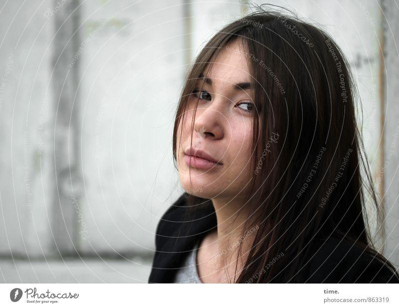 . Mensch Jugendliche schön Einsamkeit ruhig 18-30 Jahre Erwachsene Wand Traurigkeit Gefühle feminin Mauer Stimmung warten beobachten T-Shirt