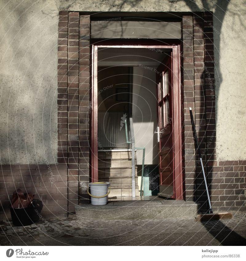 kehrwoche Poliermittel Türklopfer Besen Eimer Hausmeister Reinigen Kehren Wohngemeinschaft Stadthaus Flur Hauseingang Müllbehälter Reinigungsmittel Tor