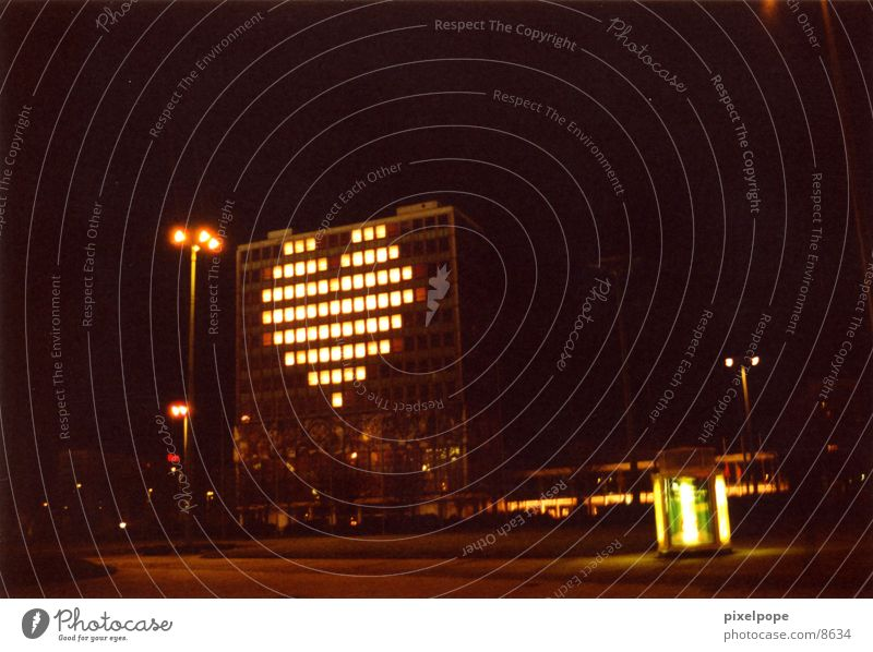 Love is in the air Haus Liebe Berlin Hochhaus Herz Club Nacht
